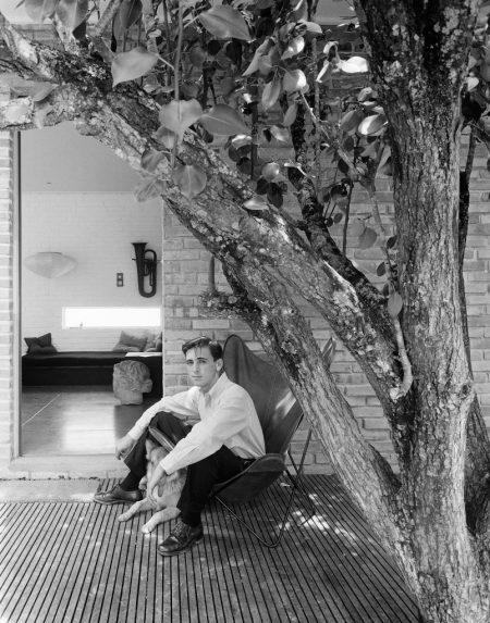 Autorretrato em frente ao primeiro estúdio de Otto, projetado e construído por ele próprio, Porto Alegre, Brazil 1955 : Acervo IMS