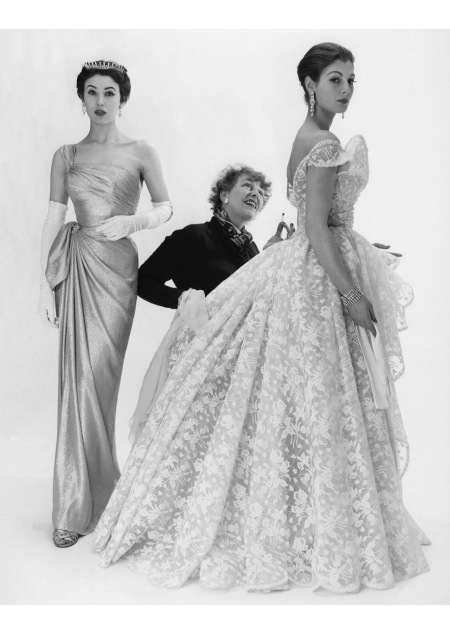 British fashion designer and the first editor of Vogue in Britain Elspeth Champcommunal with Fiona (née Campbell-Walter), Baroness Thyssen and one other fashion model 1953 copia
