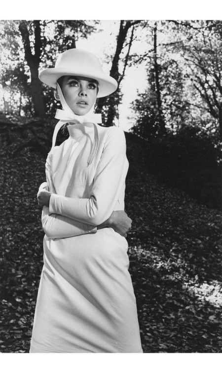 Jean Shrimpton in Epping Forest near London, British Harper's Bazaar, 1962-65 © Frances McLaughlin-Gill copia