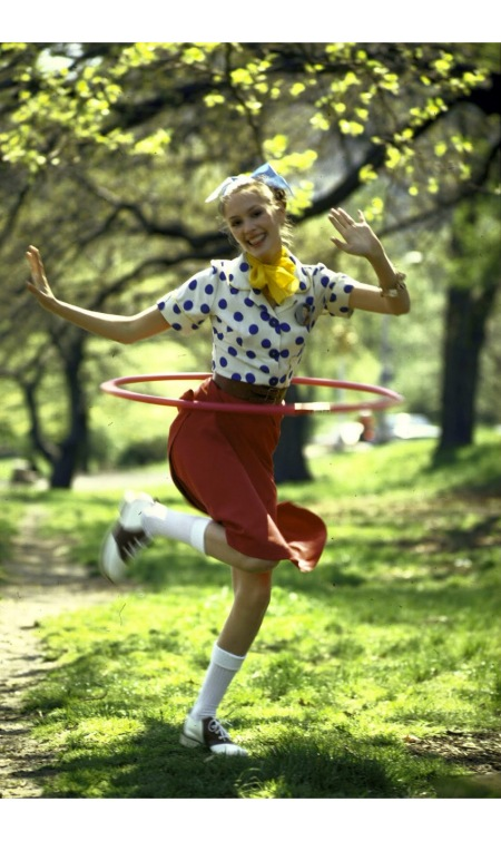 LIFE cover 06-16-1972 girl using hula hoop re revival of fashions and fads of the 1950's. © Bill Ray n