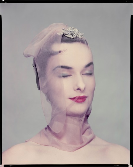 Variante de la photo published in Vogue US, April 1954. Model Victoria von Hagen
