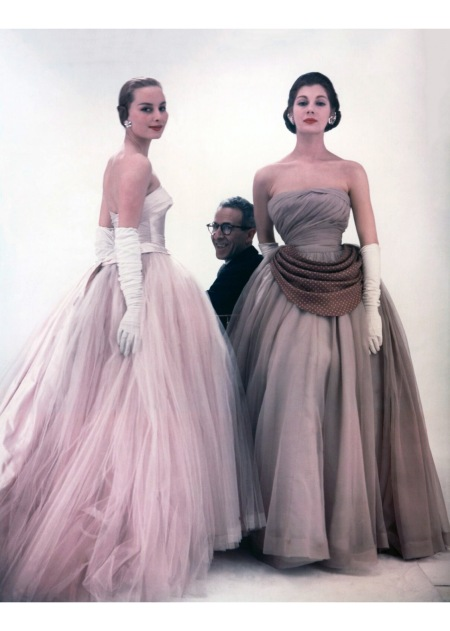 Victor Frank Stiebel with two fashion models 1953 copia