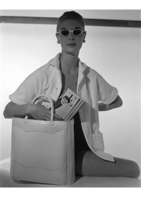 A model wearing a Jantzen cardigan and Meyrowitz sunglasses with a Josef bag Jan 1954 © Horst P.Horst copia