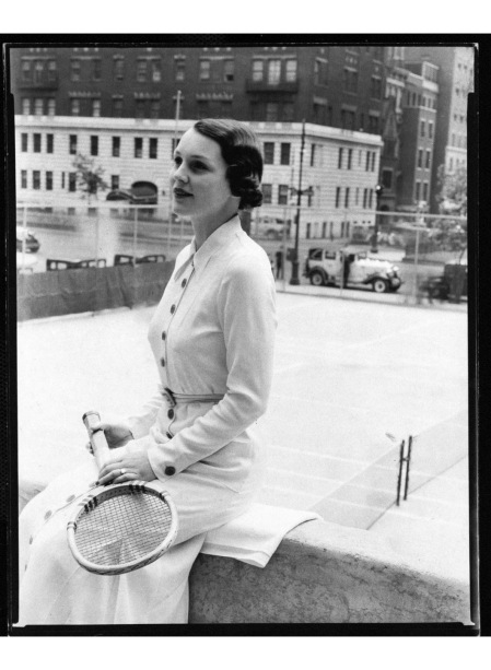 A New York socialite, Mrs. John H. G. Pell, wears a sporty dress at the Park Avenue Tennis Club, photographed in 1933 © Toni Frissell copia