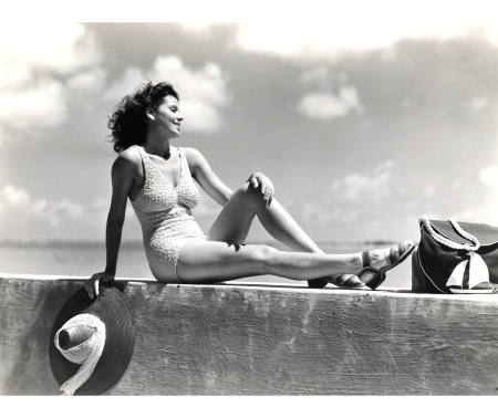 A woman models a knitted swimsuit by the ocean, circa 1935 © H. © : Getty Images