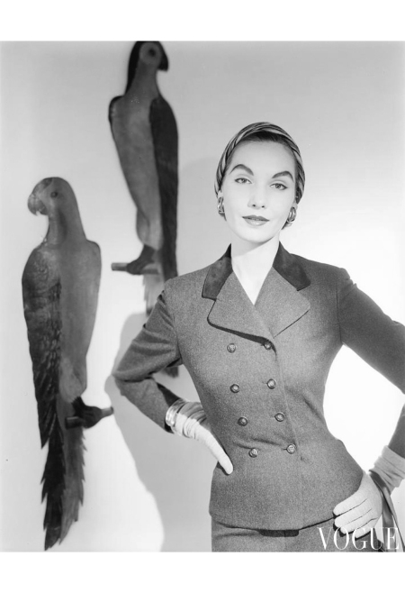 Cherry Nelms model wearing a suit with birds painted on a wall. Aug 1953 copia