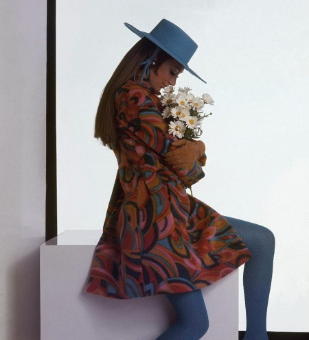 Marisa Berenson - wearing a printed coat and blue hat holding daisies Aug 1967 © Gianni Penati copia