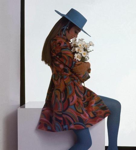 Marisa Berenson - wearing a printed coat and blue hat holding daisies Aug 1967 © Gianni Penati copia