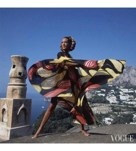 Marisa Berenson wearing a 'whirligig' print toga by Livio de Simone Jan 1968 © Arnaud de Rosnay copia