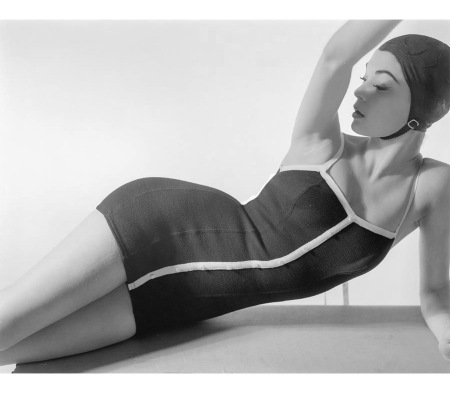 Model Jean Patchett lying down wearing a Sacony swimsuit with a cap Jan 1954 © Horst P.Horst copia