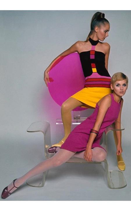 Models on a Quassar throne wearing Lil dresses april 1967 © Marc Hispard