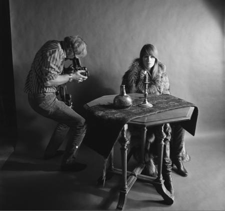 Nico van der Stam fotografeert Francoise Hardy in de studio circa 1968