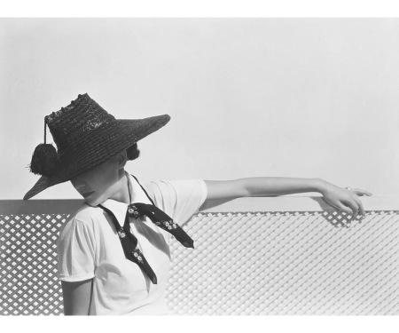 Toto Koopman wearing shiny dark straw hat with tassel by Agnes Jan 1935 copia