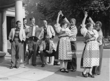 Tiroler Volkst‰nzer aus Kitzb¸hel treten im Kabaret des May Fair Hotel auf. Sie jodeln und tanzen. England. London. Photographie. 1937. Tyroleans from Kitzbuehel dancing at the May Fair Hotel. Photograph. England. London. 1937.