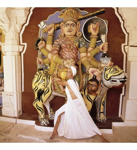 Veruschka wearing an ivory chiffon wool jersey fantasy dress and turban, standing in front of the Goddress Chamunda in the Hall of Heroes, India dec 1964