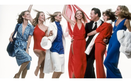 Halston with models Shelley Hack, Cheryl Tiegs, Chris Royer, Karen Bjornson, Anne Holbrook, and Shelley Smith Harper February 1977 © Bill King