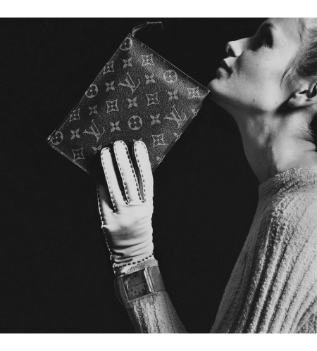 Twiggy wearing Pattie Tuttman for Silverworm jumpsuit made of ribbed wool knit with Louis Vuitton envelope bag and a Hansen glove Vogue Nov 1967 © Bert Stern
