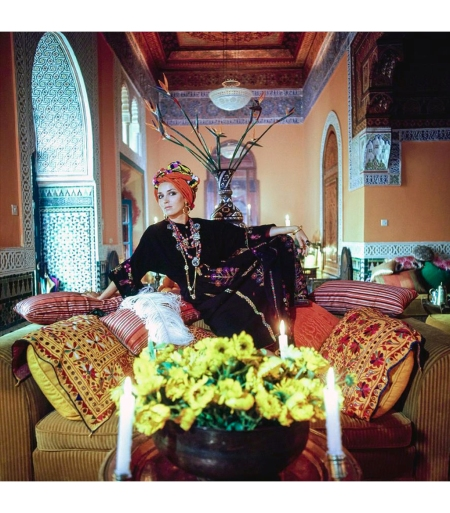 Talitha Getty wearing a turban and kaftan in her living room in Marrakesh, Morocco Vogue Jan 1970 © Patrick Lichfield